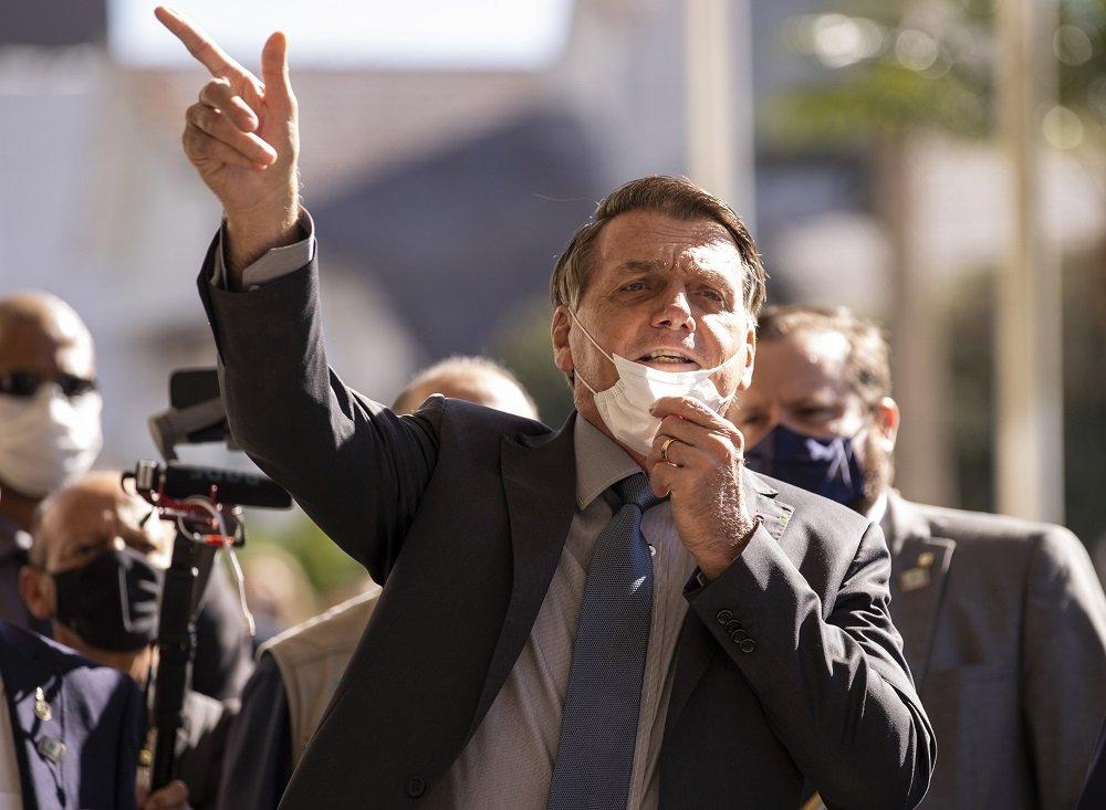 Bolsonaro ataca Barroso após ministro mandar instalar CPI da Covid-19: 'Falta-lhe coragem moral'