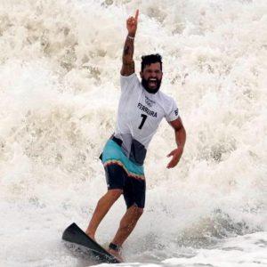 Brasileiro Ítalo Ferreira é ouro no surfe na Olimpíada de Tóquio
